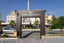 Along the seaside there's a park to commemorate the battles fought on the Gallipoli peninsula. It translates to Respect for History Park.